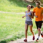 Homem e mulher praticando atividade física, correndo no parque.
